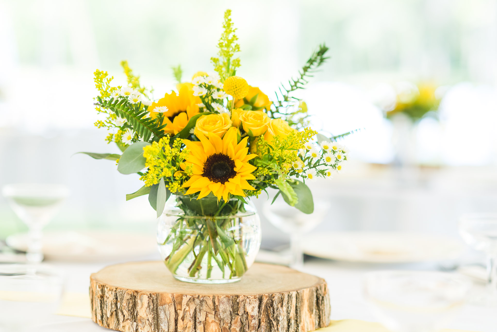 upper peninsula wedding, upper peninsula micro wedding, upper peninsula elopement, upper peninsula elopement, yellow wedding table flowers